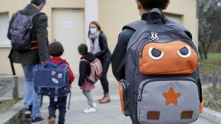 Des enfants retournent en classe, le 26 avril 2021 à Marseille (Bouches-du-Rhône). (DAVID ROSSI / MAXPPP)
