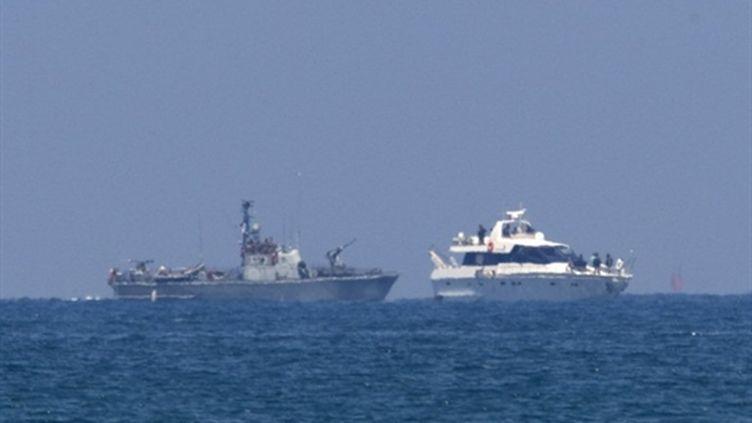 Un bateau de la flottille détourné de sa route par un vaisseau israélien (AFP/Jack Guez)