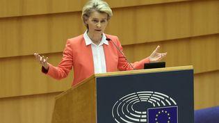 La présidente de la Commission européenne, Ursula von der Leyen, prononce un discours devant le Parlement européen à Bruxelles (Belgique), le 26 avril 2021. (DURSUN AYDEMIR / ANADOLU AGENCY / AFP)