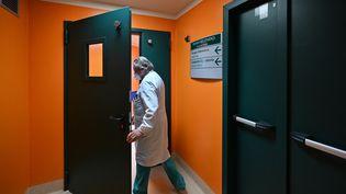 Un médecin de l'hôpital Casal Palocco, jeudi 18 mars 2020 près de Rome (Italie). (ANDREAS SOLARO / AFP)