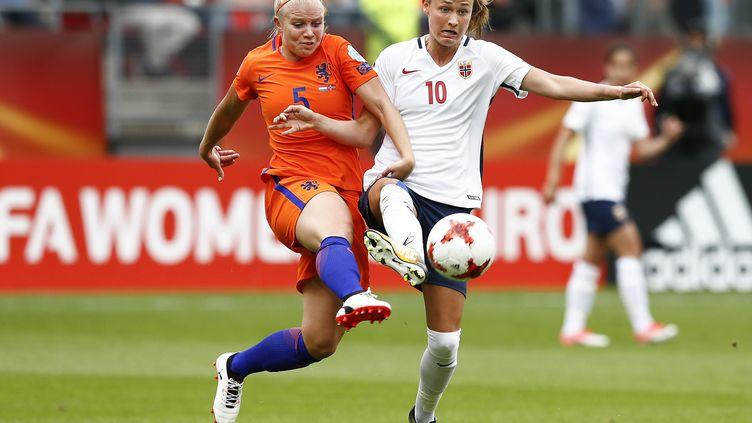 La Néerlandaise Kika van Es (en orange) au duel avec la Norvégienne Caroline Graham Hansen (en blanc). (VINCENT JANNINK / ANP)