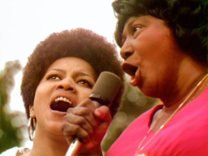 """Mavis Staples et Mahalia Jackson partagent le micro pour un gospel ébouriffant de puissance au Harlem Cultural Festival de 1969, dans le documentaire """"Summer of Soul"""". (PHOTO COURTESY OF SEARCHLIGHT PICTURES. © 2021 20th Century Studios All Rights Reserved)"""