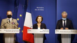 Le général Thierry Burkhard, chef d'état-major des armées, Florence Parly, ministre des Armées, et Bernard Emie, chef de la direction générale de la sécurité extérieure (DGSE), donnent une conférence de presse, le 16 septembre 2021 à Paris. (LUDOVIC MARIN / AFP)