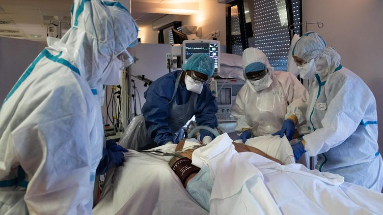 Le service de réanimation du centre hospitalier privé Sainte-Marie, à Paris, en avril 2020, pendant la première vague de Covid-19. (ALEXIS SCIARD / MAXPPP)