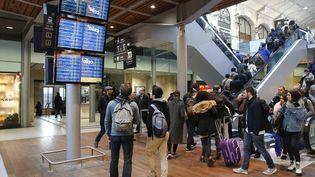 Pour le 3 avril, la direction de la SNCF table sur un TGV sur huit en circulation en moyenne, un Intercités sur huit, un TER sur cinq et un Transilien sur cinq (illustration gare Saint-Lazare à Paris).  (MAXPPP)