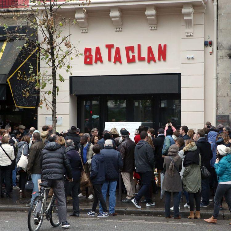 Des Parisiens se rassemblent devant le Bataclan, le 13 novembre 2016, à Paris, un an après les attentats qui ont touché la capitale. (MAXPPP)