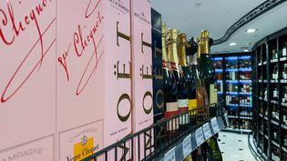Des bouteilles de champagne Moet Hennessy sont exposées à la vente dans un magasin de Moscou, en Russie, le 5 juillet 2021. (EVGENY ODINOKOV / SPUTNIK / AFP)