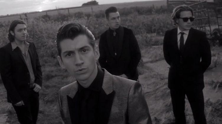 """Les Arctic Monkeys (Alex Turner au centre).  (Saisie écran du clip """"One for the road"""")"""