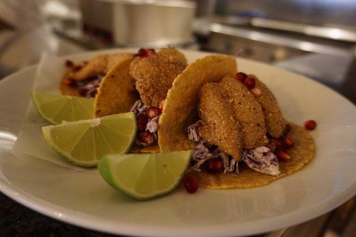 Au menu de Casa Mexico ce 22 octobre 2020 : des tacos avec du poisson, du chou et de la grenade. (MARIE-VIOLETTE BERNARD / FRANCEINFO)