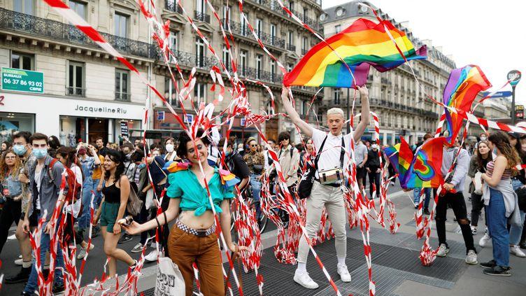Des participants à la Marche des fiertés officieuse organisée par un collectif d'associations le 4 juillet 2020 à Paris, malgré l'annulation de l'événement officiel. (CHARLES PLATIAU / REUTERS)