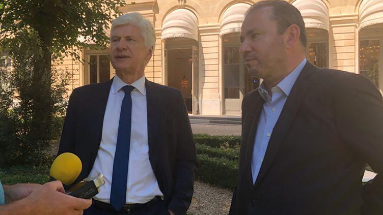 """Arnaud Vaissié (à gauche) etChristophe Lecourtier (directeur de Business France) dans les jardins de l'hôtel Potocki qui abrite la CCI de Paris : """"le manque de compétitivité des entreprises est dû en partie à la fiscalité de la France"""" (JEAN-PIERRE PONT)"""