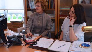 Comme les docteurs Véronique Enguehard (à gauche) et Annick Houngbo, ici à Clichy-sous-Bois le 15 octobre 2014, plusieurs médecins généralistes de Seine-Saint-Denis ont choisi de s'associer dans des maisons de santé pluridisciplinaires. (MARIE-VIOLETTE BERNARD / FRANCETV INFO)