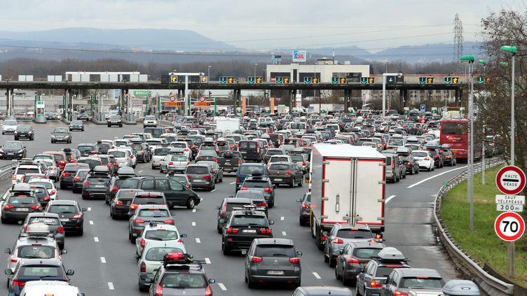 Des embouteillages sur l'autoroute A3 au péage de Saint-Quentin-Fallavier (Isère), le 1er mars 2014. (  MAXPPP)