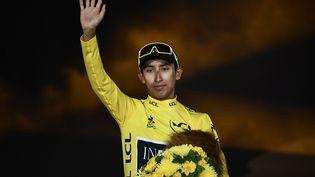 Egan Bernal sur le podium du Tour de France, dimanche 28 juillet 2019 à Paris. (ANNE-CHRISTINE POUJOULAT / AFP)