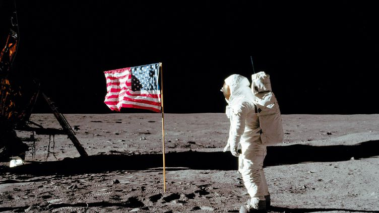 Buzz Aldrin devant le drapeau américain planté sur la Lune pendant la mission Apollo 11, le 21 juillet 1969. (NASA / AFP)