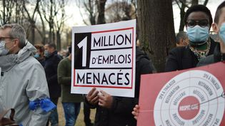 Restaurateurs, hôteliers et gérants de discothèques manifestaient lundi 14 décembre à Paris pour la réouverture de leurs commerces. (VICTOR VASSEUR / FRANCE-INFO)