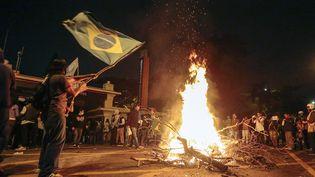 Des jeunes allument un feu à proximité du Palais du gouvernement, à Sao Paulo (Brésil), le 17 Juin 2013. (MIGUEL SCHINCARIOL / AFP)