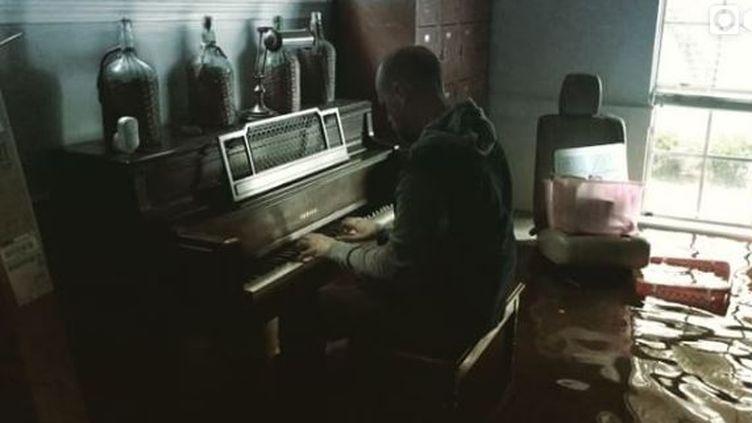 Aric Harding devantson piano dans sa maison inondée à Houston (Texas), le 29 août2017 . (ARIC HARDING / INSTAGRAM)