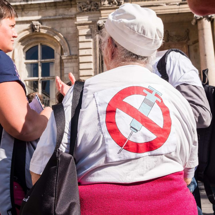 Une femme prend part à une manifestation d'environ 150 personnes contre la stratégie devaccination obligatoire, le 15 octobre 2017, à Lyon. (KONRAD K. / SIPA)