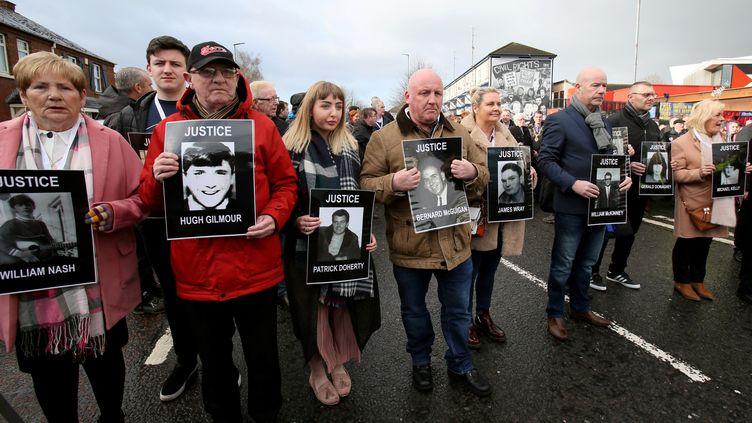 """Les familles des victimes du """"Bloody Sunday"""" défilent à Derry, en Irlande du Nord, le 14 mars 2019. (PAUL FAITH / AFP)"""