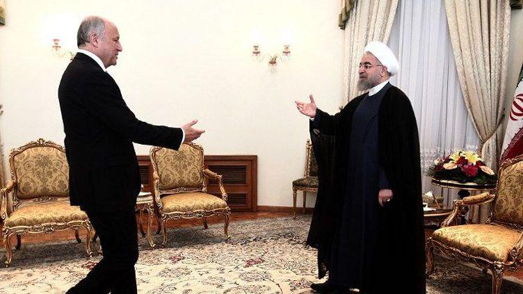 A Téhéran, le 29 juillet 2015, le chef de la Diplomatie française Laurent Fabius transmet au président iranien Hassan Rohani une invitation du président François Hollande à se rendre en France. (Farzaneh Khademian/AFP)