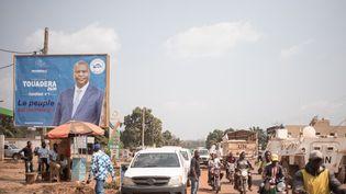 Une affiche électoraledu président sortant Faustin-Archange Touadéra placardée dans Bangui, la capitale de la République centrafricaine, à l'occasion des élections du 27 décembre 2020. (FLORENT VERGNES / AFP)