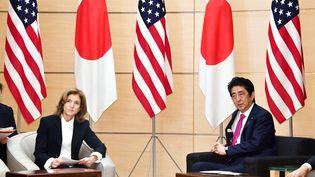 L'ambassadrice des Etats-Unis au Japon, Caroline Kennedy, et le Premier ministre japonais,Shinzo Abe, lors d'une conférence de presse à Tokyo (Japon), le 21 décémbre 2016. (KENTARO AOYAMA / YOMIURI / AFP)