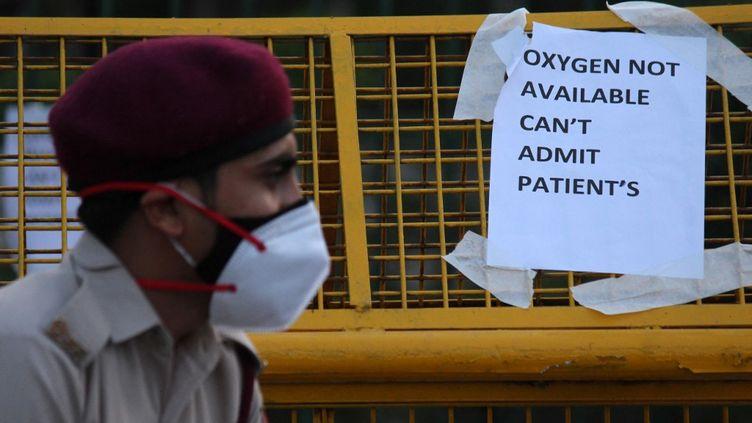"""Une pancarteoù l'on peut lire """"Oxygène pas disponible, on ne peut pas admettre de patients"""", à New Delhi en Inde, le 23 avril 2021. (MAYANK MAKHIJA / NURPHOTO / AFP)"""