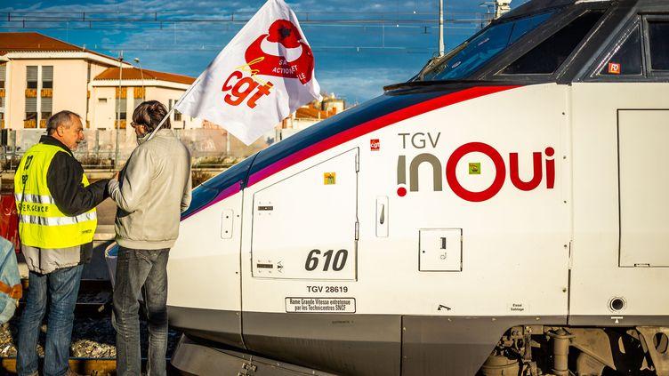 Des manifestants sur un quai, à la gare de Perpignan (Pyrénées-Orientales), le 10 janvier 2020. (JC MILHET / HANS LUCAS / AFP)