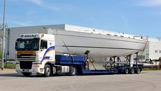 Un camion transporte un monocoque à la fabrique Beneteau deDompierre-sur-Yon (Vendée). (FRANK PERRY / AFP)