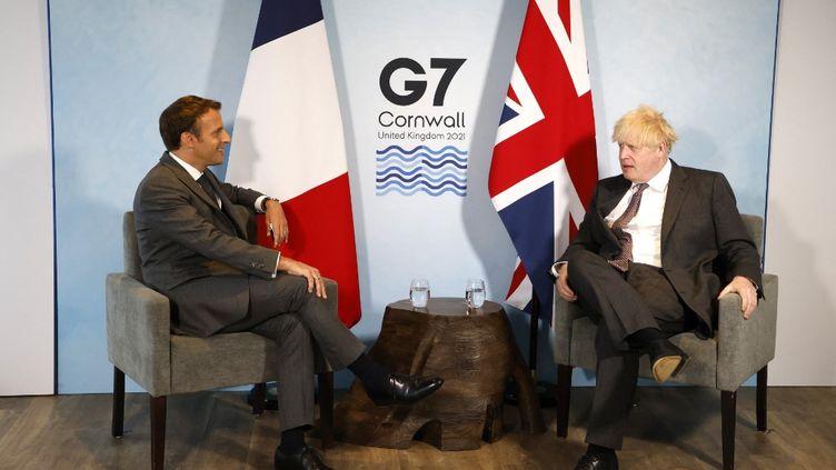 Le président français Emmanuel Macron et le Premier ministre britannique Boris Johnson lors d'une rencontre en marge du G7, le 12 juin 2021, à Carbis Bay (Royaume-Uni). (LUDOVIC MARIN / AFP)