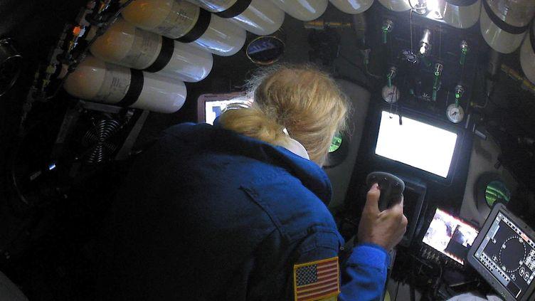 """L'explorateur américain Victor Vescovo à bord du sous-marin """"DSV Limiting Factor"""" dans la fosse des Mariannes, dans une image non datée fournie par la chaîne américaine Discovery Channel. (DISCOVERY CHANNEL / REUTERS)"""