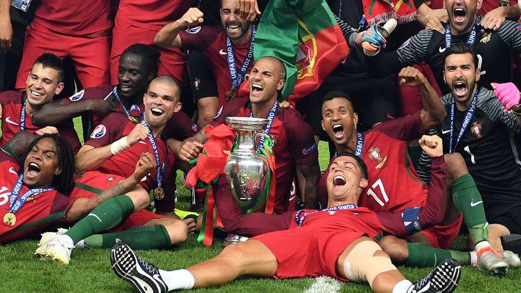 Les joueurs du Portugal célébrant leur victoire en finale de l'Euro 2016, le 10 juillet 2016 à Saint-Denis (Seine-Saint-Denis). (FEDERICO GAMBARINI / DPA / AFp)