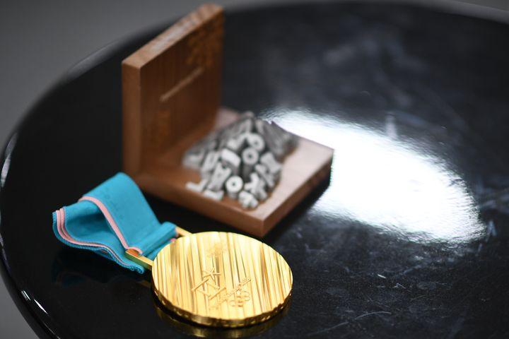 Une médaille d'or et son coffret lors des Jeux olympiques de Pyeongchang (Corée du Sud), le 23 février 2018. (MARTIN BUREAU / AFP)