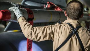 Dans cette image du ministère de la Défense britannique, le pilote d'un Tornado vérifie l'armement de son avion après sa mission de soutien aux frappes aériennes dans le Moyen-Orient, samedi 14 avril 2018. Les quatres avions de combat on décollés de la base de la Royale Air Force d'Akrotiri à Chypre. (CPL L MATTHEWS / AP / SIPA)
