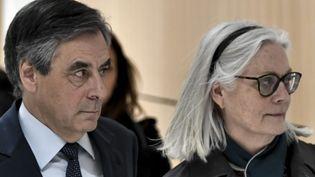 Penelope Fillon et son mari, l'ancien Premier ministre François Fillon, au tribunal de Paris, le 27 février 2020. (STEPHANE DE SAKUTIN / AFP)