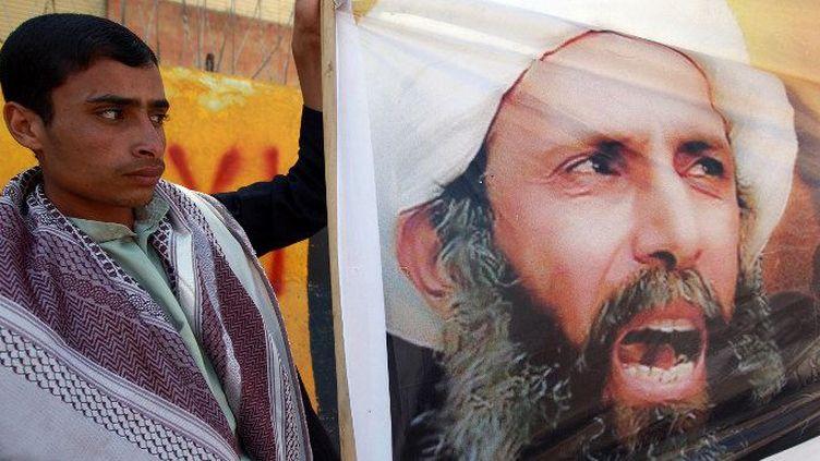 Un manifestant yéménite dénonce la condamnation à mort du cheikh chiite Nimr Baqer Al-Nimr devant l'ambassade d'Arabie saoudite à Sanaa, en octobre 2014 (MOHAMMED HUWAIS / AFP)