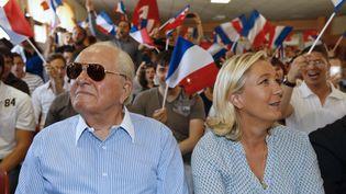 La présidente du Front national Marine Le Pen et l'ancien leader d'extrême droite son père Jean-Marie Le Pen assiste au congrès des jeunes du FN le 7 septembre 2014, à Frejus (Var). (VALERY HACHE / AFP)