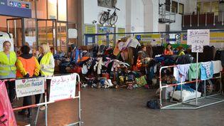 Des piles de vêtements à l'entrée du Schalterhalle, l'aire d'accueil des migrants dans la gare de Munich (Allemagne), le 8 septembre 2015. (THOMAS BAIETTO / FRANCETV INFO)
