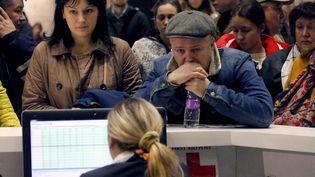 Des proches des passagers de l'avion de ligne russe qui s'est écrasé dans le Sinaï, à l'aéroport de Saint-Petersbourg, en Russie, samedi 31 octobre 2015. (  MAXPPP)
