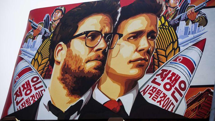 """L'affiche de la comédie sur Kim Jong-Un, """"The Interview"""", à l'entrée du cinéma Arclight à Los Angeles (Californie, Etats-Unis), le 17 décembre 2014. (DAMIAN DOVARGANES / AP / SIPA)"""