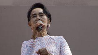 L'opposanteAung San Suu Kyi s'exprime au siège de son parti à Rangoun (Birmanie), le 9 novembre 2015. (YE AUNG THU / AFP)