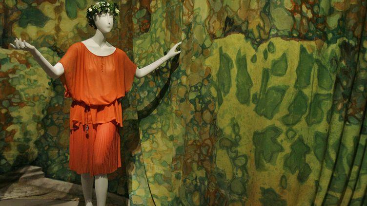 """Une robe dessinée par Paul Poiret en 1920, en crêpe de soie orange, exposée en 2007 dans l'exposition """"Poiret King of fashion"""" au Metropolitan Museum de New York  ( Mary Altaffer/AP/SIPA)"""