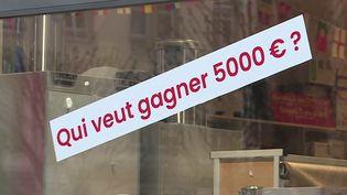Certains patrons ont du mal à céder leur affaire quand ils veulent partir à la retraite, ce qui les pousse parfois à utiliser les grands moyens. À Strasbourg (Bas-Rhin), un droguiste offre 5 000 euros à la personne qui lui trouvera un repreneur. (FRANCE 2)