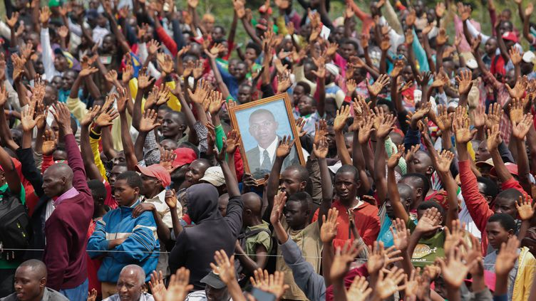Aucune mesure de distanciation sociale n'a été respectée lors de la campagne pour l'élection présidentielle du 20 mai 2020. Comme ici à Gitega, où l'opposant Agathon Rwasa est applaudi le 17 mai par la foule de ses supporters. (- / AFP)