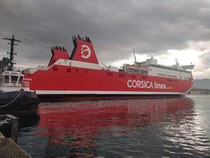 Au port d'Ajaccio en Corse, le 28 avril 2020, un cargo de la compagnie Corsica Linéa qui est passée cinq liaisons, au lieu desept, par semaine pendant le confinement. (ERIC AUDRA / RADIO FRANCE)