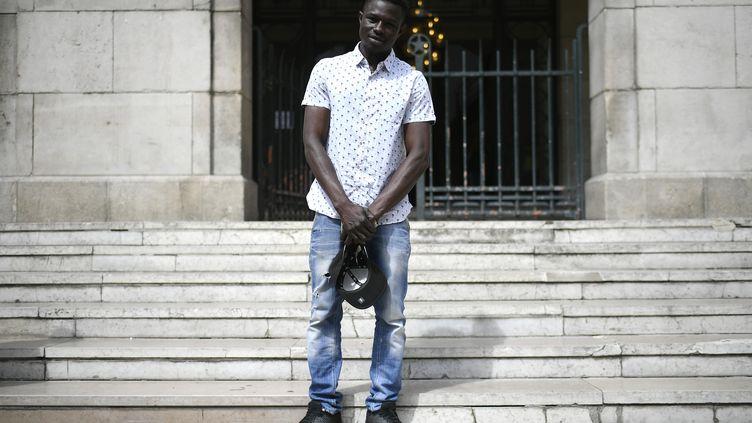 Mamoudou Gassama devant la mairie de Montreuil, le 28 mai 2018. (LIONEL BONAVENTURE / AFP)