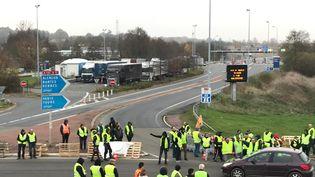 """L'entrée de l'autoroute A11 au nord du Mans (Sarthe) et la zone commerciale bloquées par des """"gilets jaunes"""". 17 novembre 2018. (MORGANE HEUCLIN-REFAIT / FRANCE-BLEU MAINE / RADIO FRANCE)"""