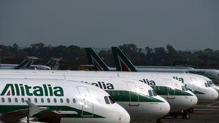 Des avions d'Alitalia sur le tarmac de l'aéroport Fiumicino de Rome, en 2013. (GABRIEL BOUYS / AFP)