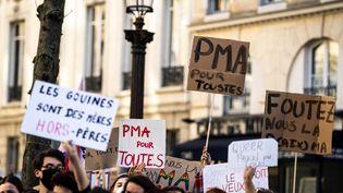 Une manifestation en faveur de la PMA pour toutes les femmes devant l'Assemblée nationale à Paris, le 21 février 2021. (XOSE BOUZAS / HANS LUCAS / AFP)